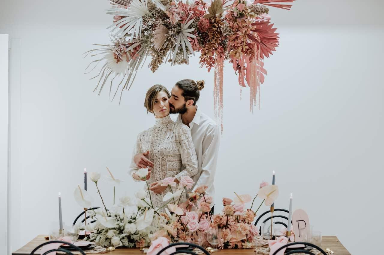 Mujer con traje de novia y su ramo de flores