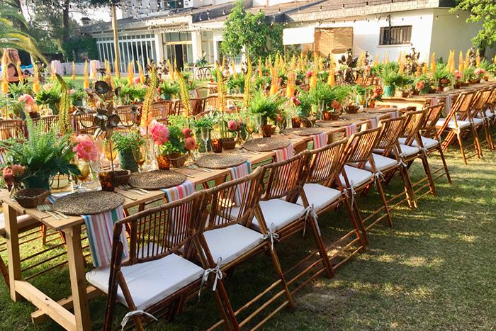 Decoración de un salón con arreglos florales para una boda