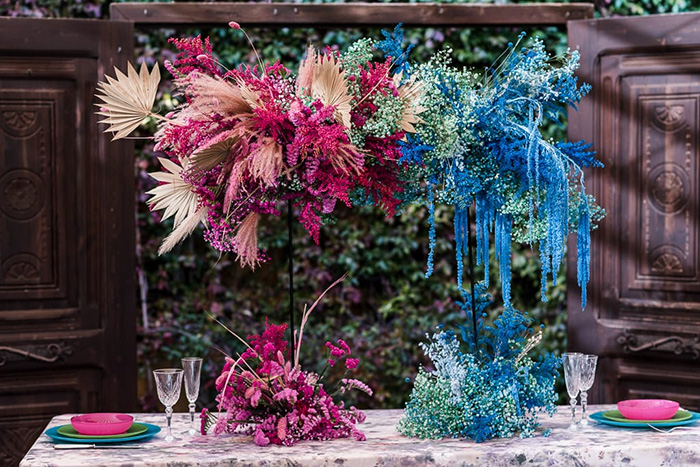 Mesa decorada con flores para un evento