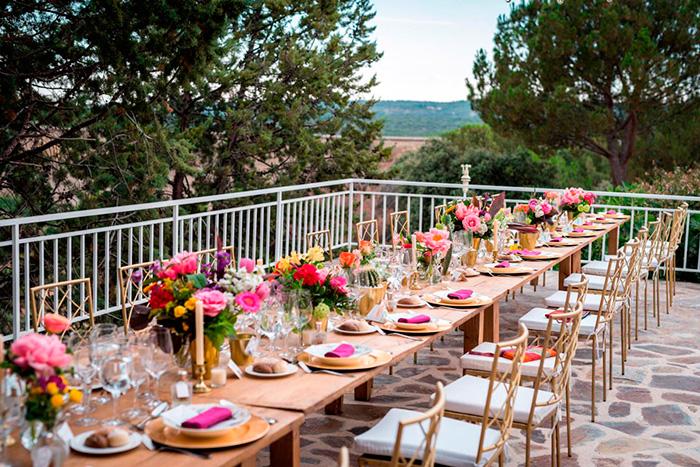 Decoración de una mesa con flores para comensales de una boda.